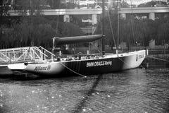 Rennjacht BMWs Oracle machte auf See nahe Oracle-Hauptsitzen fest stockfoto