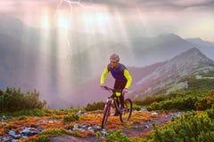 Rennläufer auf Berg Synyak Lizenzfreies Stockfoto