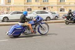 Rennläufer auf einem einzigartigen Fahrrad Stockbild