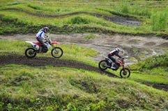 Rennläufer auf Motorrädern nehmen an Langlaufrennen competit teil Lizenzfreie Stockfotografie