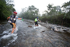 Rennläufer bildet Methode über einem Fluss morgens Stockfotografie