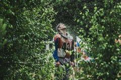 Rennläufer Enduro unter dem Spray des Wassers Stockbild
