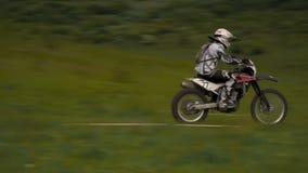 Rennläuferfahrten an der hohen Geschwindigkeit stock video