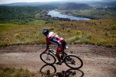 Rennläufermountainbikefahrt vom Berg Stockfotos