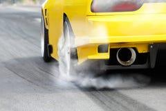 Rennwagen brennt Reifen für das Rennen stockfoto