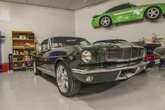 Rennwagen in einer Garage Stockfotografie