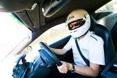 Rennwagen-Fahrer in einem Aston Martin Sports Car lizenzfreies stockfoto
