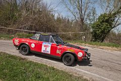 Rennwagen Fiat 124 Abarth, das in 12. Sammlung della Romagna läuft Lizenzfreie Stockfotografie