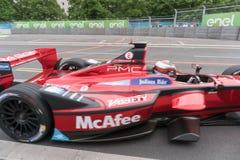 Rennwagen McAfee-Formel E auf Rennbahn stockbild