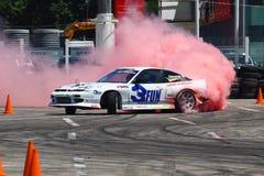 Rennwagenenergie Antrieb und Burnout mit purpurrotem Rauche Lizenzfreie Stockfotografie