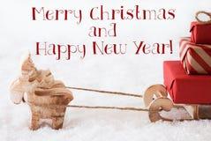 Reno con el trineo en nieve, Feliz Navidad y Año Nuevo Fotos de archivo