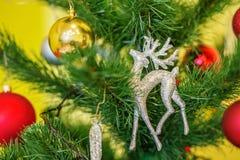 Reno de la Navidad en el árbol de navidad Fondo ` S del Año Nuevo y Foto de archivo