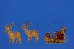 Reno de las iluminaciones con el trineo para Papá Noel Imagen de archivo libre de regalías