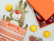 Reno del juguete de la Navidad como regalo en un fondo blanco Imagenes de archivo