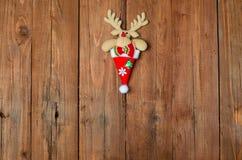 Reno en un fondo de madera, decoración de la Navidad Imagen de archivo libre de regalías
