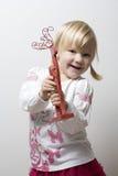 Reno feliz del juguete de la explotación agrícola de la niña. Foto de archivo