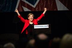 Reno, nanovolt - 23 de junho de 2018 - Elizabeth Warren With Hands Up In Cel imagem de stock royalty free