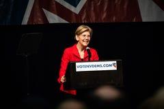 Reno, nanovolt - 23 de junho de 2018 - Elizabeth Warren Smiling At Crowd At fotos de stock