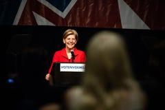 Reno, nanovolt - 23 de junho de 2018 - Elizabeth Warren Smiling At Crowd Nev fotos de stock