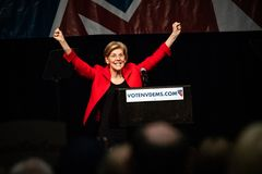 Reno, nanovolt - 23 juin 2018 - Elizabeth Warren With Hands Up In cel images libres de droits