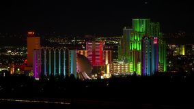 Reno Nevada City Skyline du centre à la faute de nuit banque de vidéos