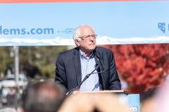 RENO, NV - 25 Oktober, 2018 - Bernie Sanders die menigte du bekijken royalty-vrije stock afbeelding