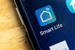 RENO, NV - Styczeń 16, 2019: Mądrze życie domu Android App na galaktyka ekranie Używać dla kontrolować mądrze domów przedmioty obrazy stock