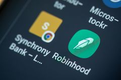 RENO, NV - Styczeń 16, 2019: Robinhood Android App na galaktyka ekranie Robinhood jest usluga finansowa dla inwestować w zapasie zdjęcie stock