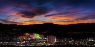 Reno stad i Nevada på natten Fotografering för Bildbyråer
