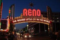 Reno-willkommenes Zeichen nachts Lizenzfreie Stockbilder