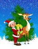 Reno y duende por el ?rbol de navidad Foto de archivo libre de regalías