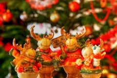 Renos lindos de las decoraciones de la Navidad carolling Imagenes de archivo