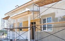 Renovação da casa rural com emplastro e pintura na parede exterior da casa da cor branca foto de stock royalty free