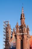 Renovação da igreja do St. Anne de encontro a um céu azul Fotos de Stock