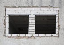 Renovação da janela com blocos de cimento ventilados fotos de stock