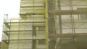 Renovação de construção da fachada, reconstrução velha da casa, reparo Andaime na frente da fachada de construção coberta com o t video estoque