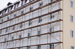 Renovação do detalhe da casa com andaime Reconstrução da construção velha Foto de Stock