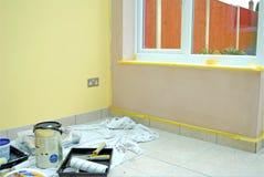 Renovação home na sala completamente de ferramentas da pintura Fotos de Stock