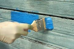 Renovação velha da pintura de parede da casa foto de stock royalty free