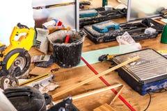 Renovación de la casa con el cambio del piso de las alfombras al soli fotos de archivo