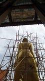 Renovación de la escultura derecha de oro grande de Buda Fotografía de archivo libre de regalías