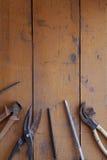 Renovación de la herramienta en la madera del grunge Imagen de archivo