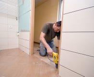 Renovación de la puerta del cuarto de baño imagen de archivo libre de regalías
