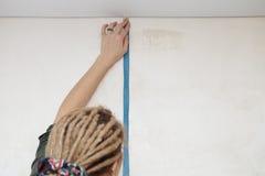 Renovación del apartamento. Medida de la pared. Imagenes de archivo