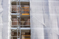 Renovación inferior exterior de la construcción de viviendas con el andamio y la red verde Fotografía de archivo