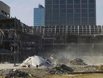 Renovación urbana: excavador y demolición polvorienta Foto de archivo libre de regalías