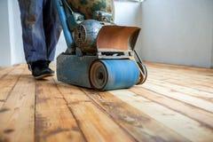 Renovación casera, el enarenar del entarimado, puliendo Imagen de archivo