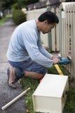Renovador casero que usa la herramienta eléctrica del rompecabezas Imagenes de archivo