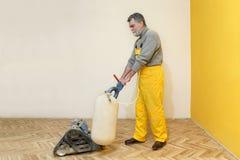 Renovação home, lixamento do parquet Foto de Stock