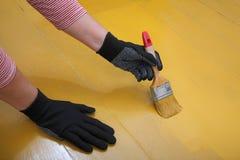 Renovação home, pintura do assoalho Fotos de Stock